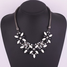 masivný kvetinkový náhrdelník čierny