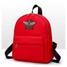 Červený menší batôžtek so čmeliakom